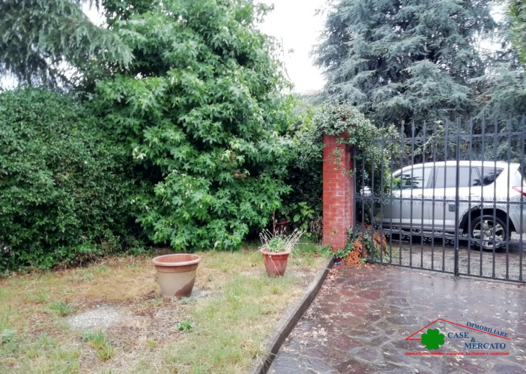 Sale Villas Lucca - Villa with garden to be refurbished Locality