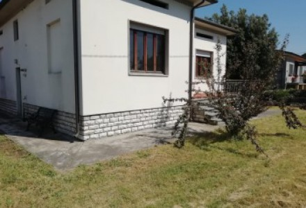 Detached house with garden on four sides to be refurbished