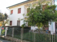 Single villa with garden on three sides to be refurbished - 3