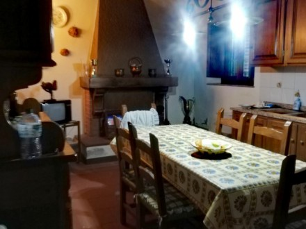 Large Independent House with farmhouse and land in the plain of Capannori