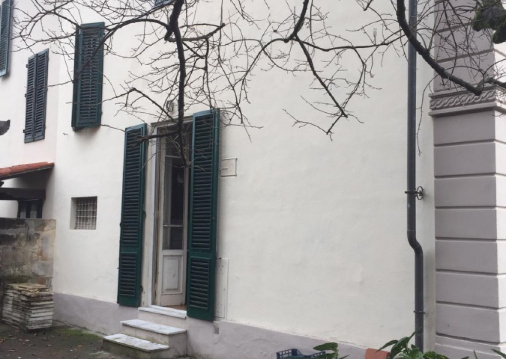 Sale Villas Lucca - VILLA EARLY '900 FREE ON 3 SIDES WITH GARDEN Locality
